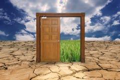 Porte sur l'entrée de terre de sécheresse au gisement de riz Images libres de droits