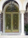 Porte sur le palais, la résidence principale et le bureau du ` s d'archevêque de l'archevêque de la Chypre images libres de droits