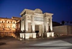 Porte sur le pont romain célèbre à Cordoue, Espagne Photographie stock libre de droits