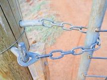 Porte tenue avec la chaîne Images libres de droits