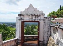 Porte thaïlandaise de pagoda sur la colline Photos libres de droits