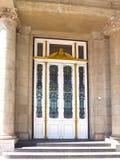 Porte très belle de l'entrée principale du bâtiment administratif à Buenos Aires images libres de droits