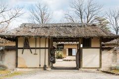 Porte traditionnelle de la Corée antique dans rural images libres de droits