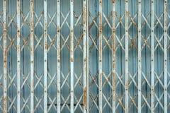 Porte tradizionali arrugginite cinesi di piegatura o del portone Fotografia Stock