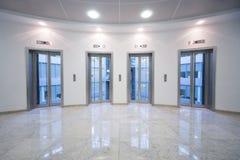 Porte transparente de l'ascenseur quatre images stock