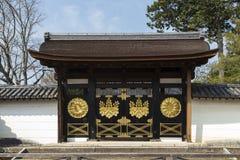 Porte typique dans les jardins des temples de Daigo-JI à Kyoto au Japon photo libre de droits