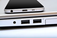 Porte USB con il primo piano del computer portatile dello smartphone Fotografia Stock Libera da Diritti