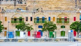 Porte variopinte e finestre nell'argine di La Valletta Fotografia Stock Libera da Diritti