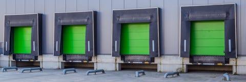 Porte verdi della rampa di carico al centro di distribuzione fotografie stock