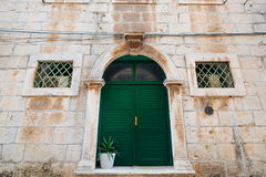 Porte verdi Struttura di legno Vecchia pittura misera e irradiata Fotografia Stock Libera da Diritti