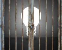 Porte verrouillée avec l'ampoule et le mur en béton gris Photographie stock libre de droits