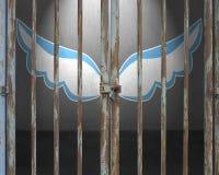 Porte verrouillée avec les ailes bleues et blanches dessinant sur le mur Photos libres de droits