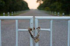 Porte verrouillée par une chaîne de sécurité rouillée Photographie stock libre de droits