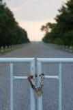 Porte verrouillée par une verticale de chaîne de sécurité Photos stock