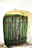 Porte verte à la vieille cave image stock