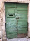 Porte verte avec la fente de courrier Photos stock