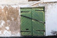 Porte verte avec le matériel de fer Images libres de droits