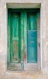 Porte verte avec le verre cassé Photo stock