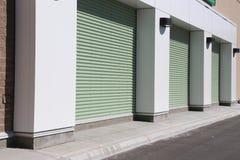Porte verte de garage photographie stock libre de droits