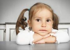 Porteait av den allvarliga drömma barnflickan Fotografering för Bildbyråer