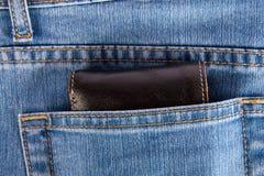 Portefeuille in achterzak van jeans Stock Afbeeldingen
