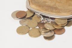 Portefeuille avec des pièces de monnaie de quelques euros d'isolement sur le blanc Photographie stock libre de droits