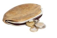 Portefeuille avec des pièces de monnaie de quelques euros sur le blanc Photos libres de droits