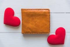 Portefeuille avec le coeur rouge sur la table en bois blanche Photo libre de droits