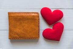 Portefeuille avec le coeur rouge sur la table en bois blanche Photos stock