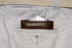 Portefeuille dans une poche de jeans blancs avec le préservatif argenté Images stock
