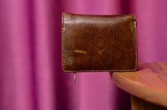 Portefeuille de cuir de Brown sur le bord de la table Images stock