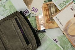 Portefeuille en cuir avec d'euro factures Photo stock