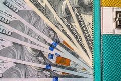 portefeuille en cuir avec l'argent des dollars des Etats-Unis à l'intérieur de lui Images stock