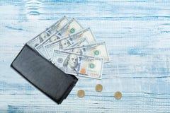 Portefeuille en cuir avec le billet d'un dollar sur la table en bois photographie stock libre de droits