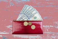 Portefeuille en cuir rouge avec le billet d'un dollar sur la table en bois photo libre de droits