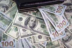 Portefeuille et beaucoup de dollars américains Image libre de droits