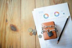 portefeuille met document grafiek die inkomen en uitgave tonen stock afbeeldingen