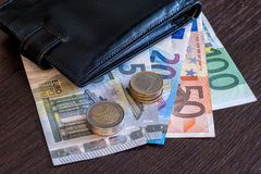Portefeuille met euro bankbiljetten en muntstukken Stock Foto's