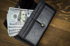 Portefeuille met honderd dollars Stock Foto