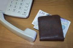 Portefeuille met papiergeldponden voor berekening stock afbeelding