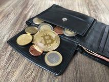 Portefeuille met van de bitcoineuro en cent muntstukken Stock Foto's
