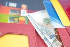 Portefeuille ouvert avec des cartes de banque et des billets d'un dollar photographie stock libre de droits