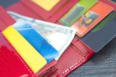 Portefeuille ouvert avec des cartes de banque et des billets d'un dollar image libre de droits