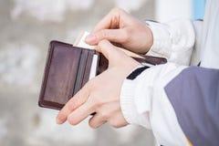 Portefeuille ouvert de la main de la femme et représentation de l'euro argent images stock