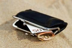 Portefeuille sur le sable. Photo stock