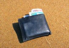 Portefeuille sur le sable photographie stock libre de droits