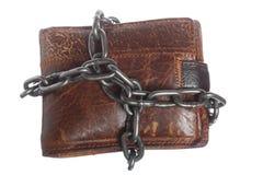 Portefeuille vide dans la chaîne - économie pauvre, fin de la dépense Images stock