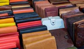 Portefeuilles en cuir faits main à vendre images stock
