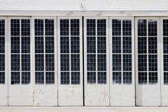 Portelli bianchi del capannone Fotografia Stock