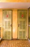 Portelli del WC nello stile classico immagini stock